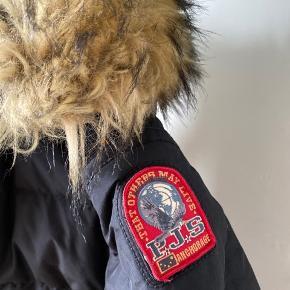 Parajumpers Long Bear Jacket i sort.  Str. Young small, svarende til str. 12.  Jakken er købt vinteren 2017, men fejler intet, man kan stort ikke se at den er brugt.  Ingen tydelige slidmærker, standen er helt i top.  Kraven og hætte er med fake fur.  Ekstra mærke til ærme medfølger og den er ægte.   Pris er fast !!! Kan sendes mod at køber betaler🌸