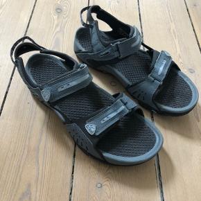 Komfortabel sandal, sidder godt på foden.   Farve: blå farver  Str: 39 (passer en str.38)  Brugt få gange.
