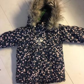 Helt ny Hummel jakke med mærke. Virkelig lækker stof og kvalitet. Købt for stor. Sælges derfor videre. Byd