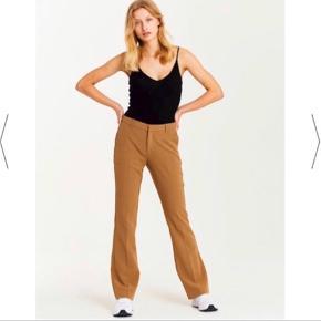 Sælger to par bukser, i en army grøn og samme model i en beige/brun farve. Kun prøvet på. Nypris 500kr Sælges for 350kr. KØB BEGGE FOR 600kr .