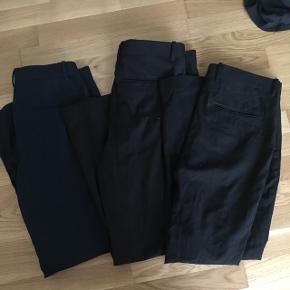 3 par habitbukser i slim fit fra H&m. Et par mørkeblå og 2 par sorte. Sælges til 100 kroner stykket eller 250 for alle.  Kan sendes med DAO, koster ca 35 kroner.
