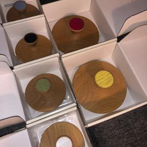 Flotte træ knager fra Card!va 4 små, 2 store. Har aldrig været brugt. Knagerne har alle en skue med.  Ny pris samlet 834 kr.