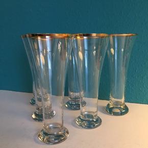 Tulpe, øl vasen, Tuborg glas, kært barn har mange navne. Seks flotte, mundblæste, klassiske øl glas fra Holmegaards glasværk. Alle glassene er med guldkant og helt fejlfri. De fremstår som nye. Højde 19,5 cm, dia. 8 cm, fodens dia. 6 cm. Sendes gerne. Modtager MobilePay.