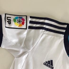 Adidas Real Madrid fodboldtrøje  God men brugt   Se også mine øvrige annoncer :-)