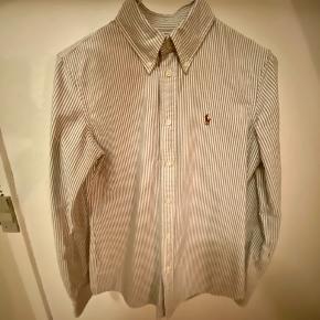 """RL skjorte model """"costum fit""""  Brugt få gange og meget velholdt.   Jeg har ligeledes en RL skjorte i Rosa til salg. Ved køb af begge finder vi en god pris :-)"""