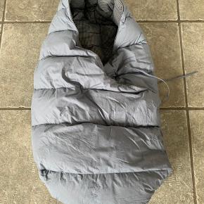 Babydan sovepose/CozySleep- god i overgangen fra lift til almen barnevognskasse:)  Soveposen er fyldt med andefjer/andedun! Man lukker soveposen med et lille bånd! Baby ligger trygt og varmt.. Længden er 80 cm.. Man kan bruge sele, når man benytter soveposen! Brugt i kort tid til 1 barn! Kan sende med postnord eller gls mod betaling - man kan også afhente i Vamdrup!
