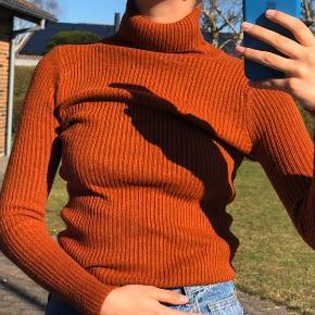 Mega fin rullekrave/turtleneck trøje i en rust farve. Det er en one size, men vil sige den passer xs-m. Byd :)
