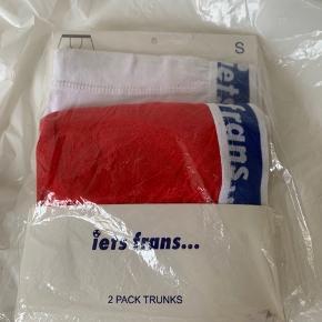 2 pack herre boxer shorts fra Iets Frans / UO i str. S. Et par hvide og et par røde med blåt logo waist kant. Model low rise trunks. Materiale og waist - se billede.