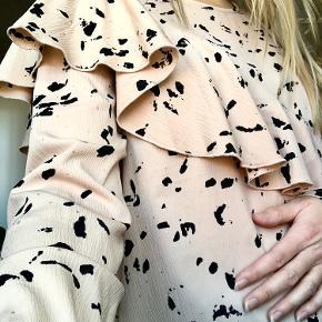 Super fin bluse/skjorte med flæse over brystet. Brugt få gange, og fremstår derfor som ny.
