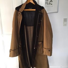 Super fin knælang frakke.Skal prøves på. Afhentes på Frederiksberg. Fløjl og ternet foer.