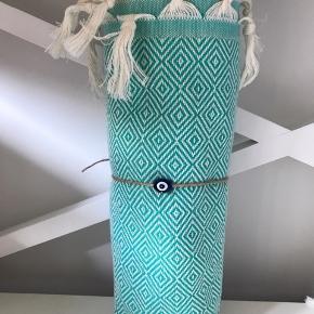 Hamam Brand: Hamam Hammam Hamman  De vævede, tyrkiske hammam-håndklæder er lavet af 100% tyrkisk bomuld. De er super bløde og næsten silkeagtige at røre ved. Den stramme, flade vævning gør dem meget absorberende, lette og hurtigt tørrende.  Brug som badehåndklæde på rejsen eller i spaen. De fine mønstre gør håndklæderne super smukke at bruge som sarong, tørklæde, babyslynge, tæppe eller meget andet. 149 pr stk. Plus Porto 37kr. Ved køb af flere deler jeg gerne porto'en☺️