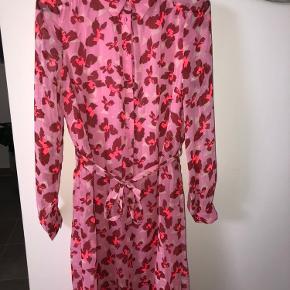 Kjole fra veromoda. Kun prøvet på, så står derfor som ny. Købt i maj måned.