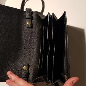Sælger min fine Michael Kors taske da jeg ikke længere bruger den. Den er med guld detaljer.  I fin stand og selvfølgelig ægte.