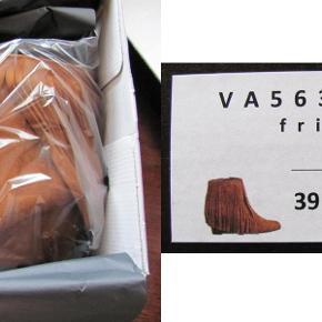 Amust wedge fringe boots *NY* Str. 39. Farve: Camel Ruskind med lange frynser, wedge hæl og lynlås på indersiden. Helt ny i ubrudt emballage. Nypris: 999,- kr. Pris: 350 kr. eller kom med et bud  Porto:  60 kr. som pakke med PostNord  49 kr. som pakke med G-porto (GLS) 65 kr. som pakke med G-porto (PostNord)