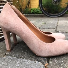 De smukkeske sko fra danske Sargossa i en nude/rosa drøm - hælene er ca 8,5 cm og hele fodsålen er støttet på bedste vis...du kan have dem på en hel dag uden problemer. Jeg har kun brugt dem 1 gang, da de er lidt store i størrelsen og måske bedre passer en str 37, 5. Ekstra hæle og dustbag medfølger.