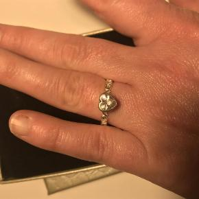 Sælger pt kun via mobilepay 😊  Varetype: Fingerring Størrelse: 56 Farve: Sølv  Lækker ring fra Spinning Jewelry, model My Fairytale - Smuk Sølv Ring m Hjerte **BYD** 😊