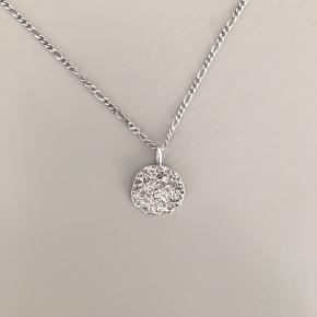Afon halskæde fra Maanesten. Sterling sølv. Kædens længe er 47 cm og kan ses på billede 3.   Halskæden er brugt max 5 gange