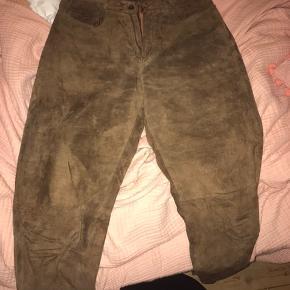 Meget seje ruskindsbukser (jeans?). Brune, vintage, buksestørrelse 36 - byd! 😊