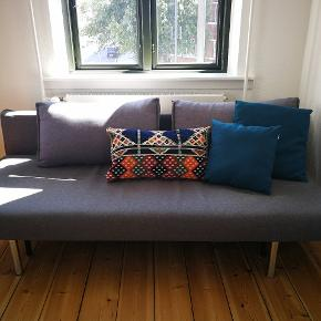 Sovesofa fra Innovation.  Den har været brugt som seng i et par år, men er stadig i fin stand og fejler ikke noget og har ingen pletter.  Sovesofaen har lille opbevaringsplads under til dyne og pude. Sofaen deles i to, så den er nem at flytte.  Målene er 140x200 i udslået tilstand og 90x200 når den er slået sammen til sofa.