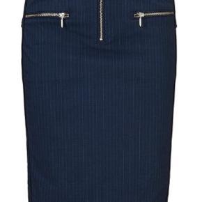 Mørkeblå nederdel str 36  Brugt få gange  Nypris 1299 kr