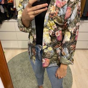 H&M trend jakke/blazer str 36, kan bruges åben eller lukket med bindebånd.