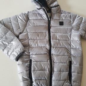 Vatteret vinterjakke i sølv. Ny. Str 164. Nypris 650 kr.  God overgangsjakke.  Køber betaler evt porto. Dao 37 kr.