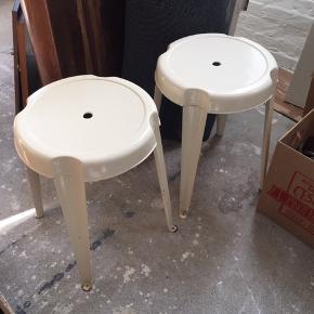 2 stk skamler / taburetter i cremefarvet (ikke helt hvide) metal, sælges helst samlet for 350kr ellers er prisen 200 stk H 44,5 cm Ø 32 cm