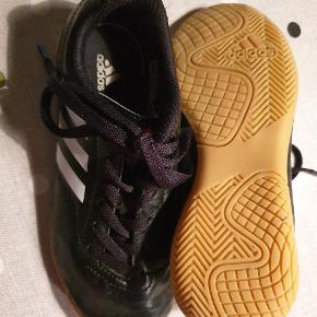 Adidas indendøres sko I god stand  Mp 50 kr