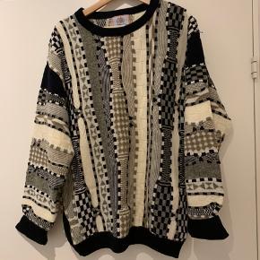 Sælger dennne sweater. Brugt en del men holder stadig. Den er str. 52 men passes af en m alt efter hvor oversize den skal være. BYD!