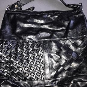 Rummelig taske - skindet er lidt slidt af på remmen, men kun nedenunder - ikke synligt