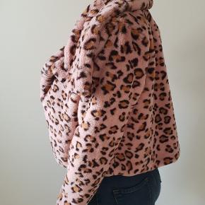 Lyserød leopard jakke, så fed og meget blød str small  den er brugt 3 gange, fremstår næsten som ny jeg er 171cm høj   den sælges for 360kr eller 400kr sendt med DAO