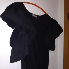 Jeg overvejer at sælge denne flotte bluse med store flæseærmer. Den er i super flot stand, og er lækker tung i stoffet.  Kom med bud ✴️🖤