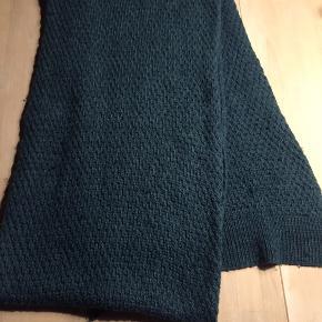 Fint halstørklæde - brugt, men stadig brugbart. Mørk lækker grøn farve Materiale ? Noget Acryl, måske lidt uld ( gæt, for jeg ved det ikke) 270 cm langt og 40 cm bredt.