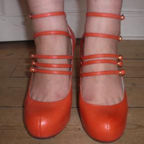 Model: Sakina multi-strap platforms  Man går rigtig godt i dem, fordi de sidder rigtig godt på foden. De er aldrig blevet brugt, og prismærket sidder stadig på dem. Original æske haves. Sælger fordi de desværre blev købt for små. Bytter gerne til en størrelse 39 af samme model.  Se desuden mine mange andre annoncer med sko på min profil :)
