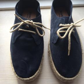 Fine sko i mørkeblåt ruskind, i str 37 fra Bianco footwear. Brugt få gange og fremstår derfor som nye.