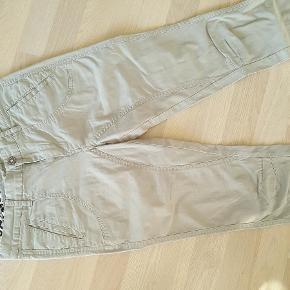 Varetype: nye rosemunde bukser /jeans Farve: armegrøn lys army Oprindelig købspris: 699 kr.  Brygt 1 gang. Som nye. Super flotte på