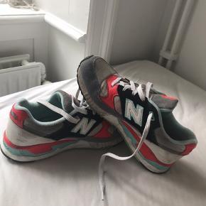 Skoene er gået med og det kan man se. Men farverne står stadig stærkt.
