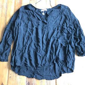 Varetype: Bluse Farve: Sort Oprindelig købspris: 350 kr.  Ikke ryger hjem.    Super fin top fra Zizzi. Har aldrig været brugt og har stadig snor fra prismærke. Den er dog ret krøllet, så derfor den billige pris ;-)   Mål:  Bryst:  ca. 2 x 75 cm.  Mave: ca. 2 x 76 cm.  Længde: ca.  71 cm.    Tilbud på alle mine tøj annoncer:    Køb 4 stk. og betal kun for 3. Den billigste er gratis.     Køb 10 stk. og betal kun for 6. De 4 billigste er gratis.     Hvis der er flere stykker tøj på én annonce med en samlet pris, gælder de som et stk. ved samlerabat.       Jeg måler desværre ikke det billigste tøj. Ellers har jeg skrevet mål i annoncen. Men du er altid velkommen til at returnere og få dine penge igen - præcis som hvis det var købt i en butik ;-)