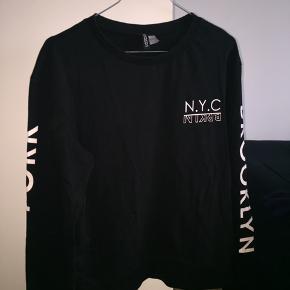 Halløj❤️ Sælge denne mega fede sweater/bluse fra H&M.  Sælger den, da jeg ikke er så vild med den mere🐝  Kan ikke huske den nye pris🌹  Sender ikke, afhentes i Albertslund❤️
