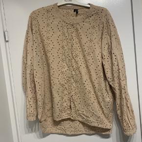 Sælger denne flotte hulmønsteret skjorte fra Vero Moda i STR XL. Brugt 3 gange MAX!  Køberen betaler for portoen!