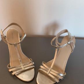 Fine sølv sko. Er blevet brugt få gange og er passet på. Heel 9 cm