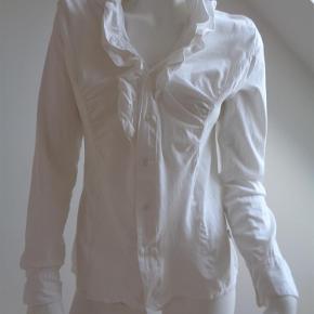 Varetype: skjorte Farve: Hvid  Fin skjorte med flot detalje ved kraven- Matriale: 95% bomuld, 5 % spandex Skjorten er en normal str. 38 Der er stretch i skjorten