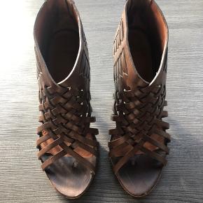 Fineste flettede Givenchy sandaler i farven 004 veg taupe. Skindet er helt suverænt og hælhøjde er 7 cm og de er virkelig behagelige at gå i. Der er lidt brugsspor på begge hæle som ikke kan undgås men ellers fremstår de rigtig velholdte. De er forforsålede hos prof skomager i Hellerup som har spec sig i dyre mærker.  De kommer i original æske og dustbag.  Nypris 4700,- Ikke ryger hjem.