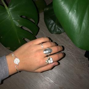 Jane Kønig skjoldring sølv str. 53 Jeg sælger ringen i midten, da den er for lille og kan ikke holde ud af at have den på mere. Har haft den i 1 måned, så den er næsten som ny Ny pris: 950kr.