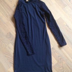 20 dele velholdt tøj fra bla H&M, Lee, Divided, Hilfiger, Dexel mm str ca 12-14 år, blandet med ex bluser, kjoler, t-shirts mm, sælges samlet