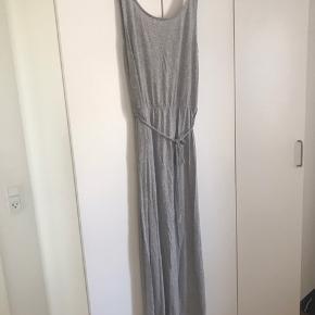 Lang, lysgrå maxi kjole. Dejlig blød. :)  Passes af L og XL
