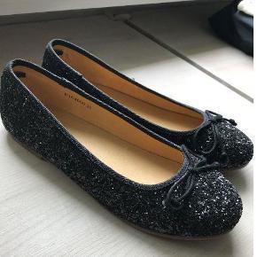 Varetype: Ballerina sko Farve: Sort med glimmer Oprindelig købspris: 299 kr.  Fine ballerinasko fra Sofie Schnoor sælges. Aldrig brugte.   Sort med glimmer. Str. 36.   Sendes med DAO.