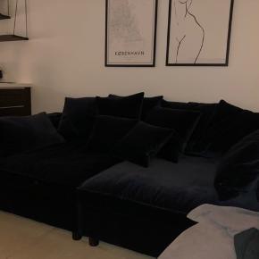 MR. BIG 2 moduler. Fantastisk komfortabel sofa i perfekt stand. Købt februar 2019. 5 års garanti.   Kvittering haves.  Mål: Dybde: 121 cm Bredde: 242 cm  Stof: Ritz - velour Ben: Sortbejdset eg Farve: Dark Blue  Nypris: 52.000kr