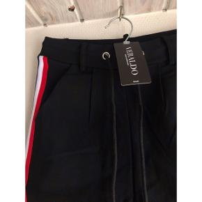 Helt nye bukser fra veraldo, stadig med prisskilt. De er en str S, men vil mere sige xxs/Xs ☺️  75,-