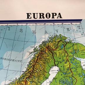 Meget meget velholdt skolekort over Europa.  Størrelse: kortet er: 180*190. Selve rammen er 200*190 Kan sendes med GLS da DAO ikke tilbyder at sende så store pakker.